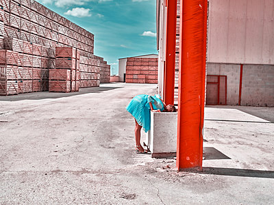 Woman on a industrial site - p1413m2219829 by Pupa Neumann