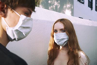 Jugendliche mit Maske - p1694m2291708 von Oksana Wagner
