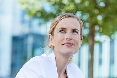 Portrait of smiling blond businesswoman - p300m2023672 von Tom Chance