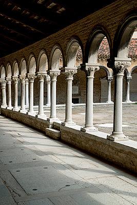Arkaden im Kloster San Michele - p451m1159498 von Anja Weber-Decker
