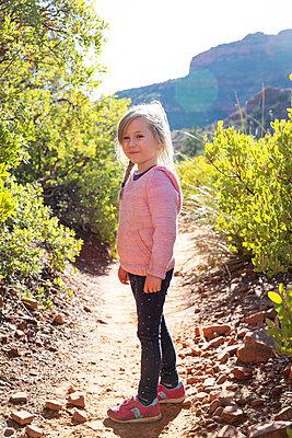 Kleines Mädchen auf einem Ausflug in die Natur, Arizona, USA - p756m2160893 von Bénédicte Lassalle