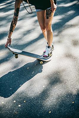 Young girl with skateboard - p970m1110784 by KATYA EVDOKIMOVA