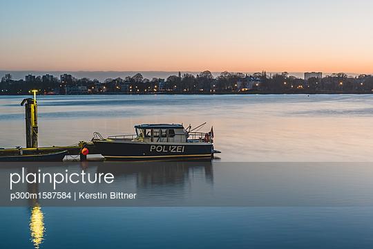 Germany, Hamburg, Outer Alster Lake, mooring area, police boat in the morning - p300m1587584 von Kerstin Bittner