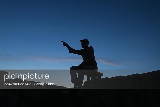 Abends auf der Dachterasse - p347m2038742 von Georg Kühn