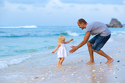 Father and his daughter on the beach. - p1108m933770 by trubavin