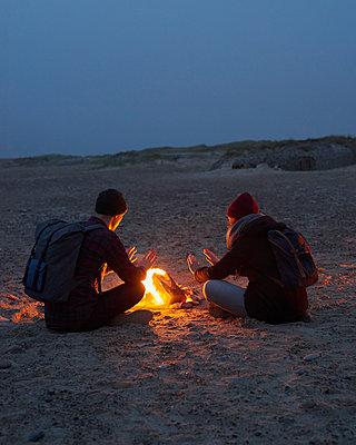 Lagerfeuer am Strand - p1124m1090488 von Willing-Holtz