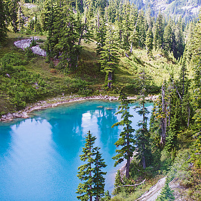 Aerial view of turquoise alpine lake. - p1166m2162747 by Cavan Images