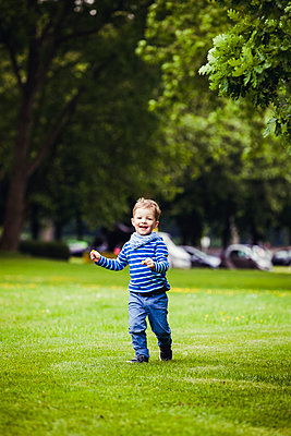 Kind im Park - p904m1159681 von Stefanie Päffgen