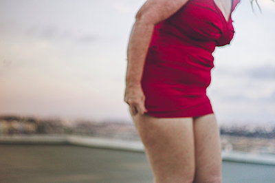Frau im roten Kleid  - p1150m1424789 von Elise Ortiou Campion