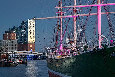 Lichterspiele am Hamburger Hafen - p1275m2185950 von cgimanufaktur