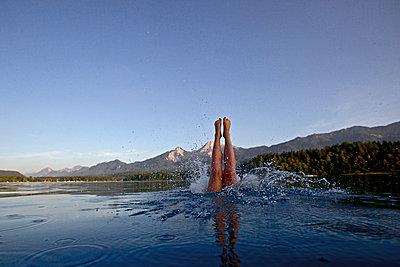 Frau springt in den Faaker-See, Alpe-Adria-Trail, Kärnten, Österreich - p1316m1160623 von Christoph Jorda