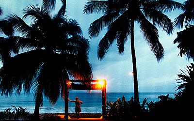 Woman looking at sea at dusk - p312m798972 by Bruno Ehrs
