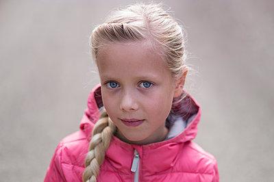 Girl wearing pink-coloured anorak, portrait - p552m1487824 by Leander Hopf