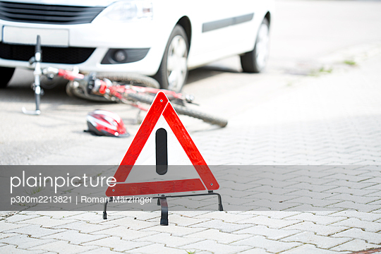 Warning triangle in front of crash scene - p300m2213821 by Roman Märzinger