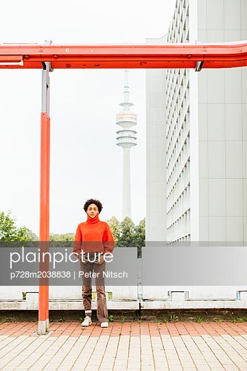 Weiblicher Teenager in cooler Pose - p728m2038838 von Peter Nitsch