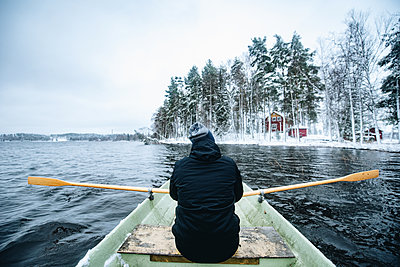 Man enjoys paddling over a lonely lake - p1455m2054154 by Ingmar Wein