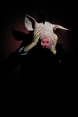 Mensch hinter Schweinekopf - p8290108 von Régis Domergue