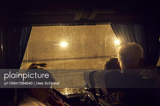 Busfahrt im Regen - p1164m1584640 von Uwe Schinkel