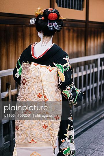 Rückansicht einer japanischen Maiko aus Kyoto - p1180m1362061 von chillagano
