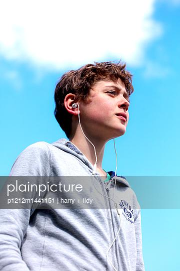 Junge mit Kopfhörer - p1212m1441151 von harry + lidy