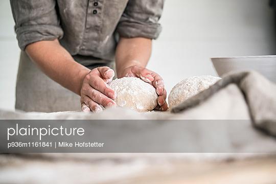 Brotteig kneten - p936m1161841 von Mike Hofstetter