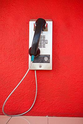 Münztelefon an roter Wand - p045m1559275 von Jasmin Sander