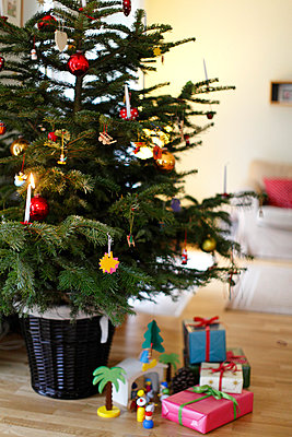 Christmas tree and presents - p249m793039 by Ute Mans