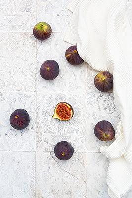 Overhead view of fresh figs  - p300m2155549 by Larissa Veronesi