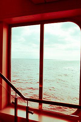 Blick aus dem Fenster einer Fähre - p432m1475522 von mia takahara
