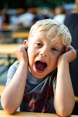 Portrait of boy with open mouth - p756m2122802 by Bénédicte Lassalle
