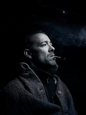 Smoker, portrait - p945m2098791 by aurelia frey