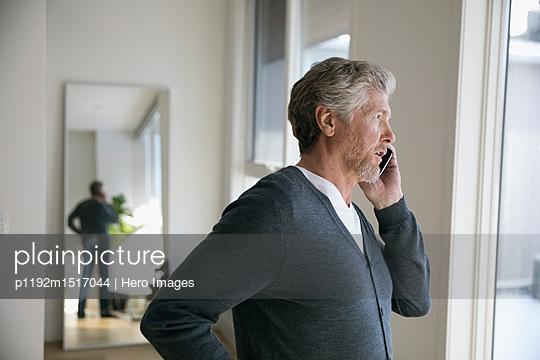 plainpicture | Photo library for authentic images - plainpicture p1192m1517044 - Senior man talking on cell ... - plainpicture/Hero Images