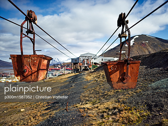 Norway, Spitsbergen, Longyearbyen, old remains of coal mine, historic ropeway conveyor - p300m1587352 von Christian Vorhofer