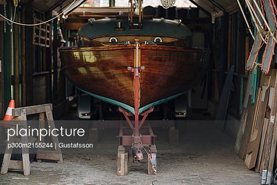 Wooden boat in a boathouse - p300m2155244 von Gustafsson