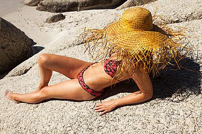 Frau unter riesigem Strohhut - p045m1444886 von Jasmin Sander