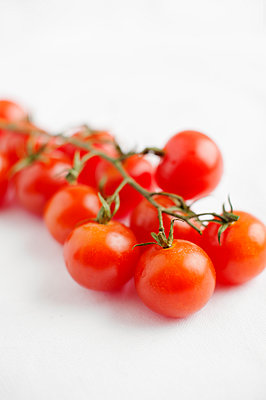 Bunch of cherry tomatoes - p312m1551960 by Johner Images