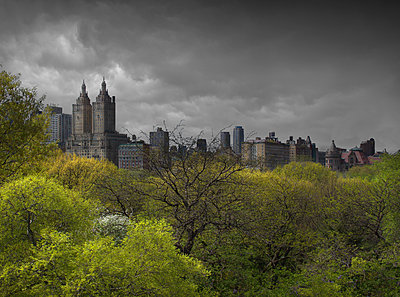 Urban park, skyscrapers and cloudy sky, New York, New York, United States - p555m1454234 by Chris Clor