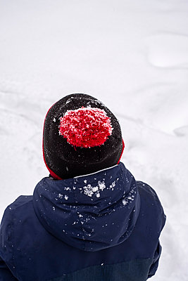Boy wearing bobble cap in winter - p890m2045445 by Mielek