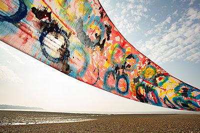 Bunte Tücher am Strand - p948m2142119 von Sibylle Pietrek