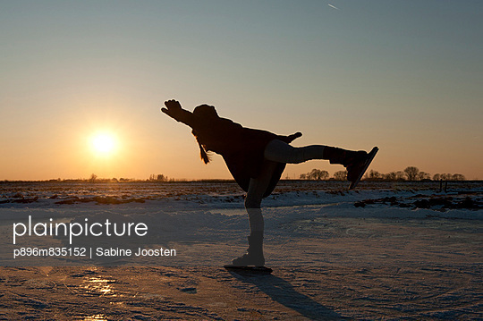 Mädchen läuft Schlittschuhe - p896m835152 von Sabine Joosten
