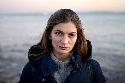 Porträt einer Frau mit langen Haaren - p1124m1564693 von Willing-Holtz