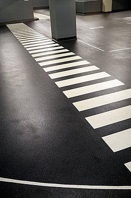 Zebrastreifen im Parkhaus - p229m1222092 von Martin Langer