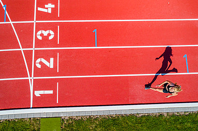 Athletic sports, female sprinter, finish from above - p300m2023507 by Stefan Schurr