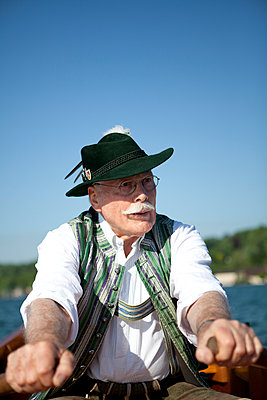 Rudern auf dem Starnberger See - p441m886050 von Maria Dorner