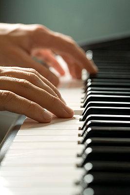 Mensch spielt Klavier - p4737705f von STOCK4B-RF