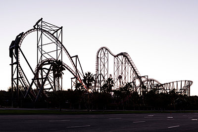 Silhouette of a roller coaster at dusk - p1094m971536 by Patrick Strattner