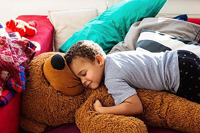 Kleinkind mit Teddybär - p1301m1200942 von Delia Baum