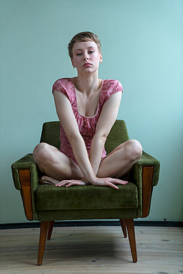 Lonely young woman - p427m2149886 by Ralf Mohr