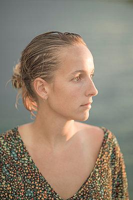 Porträt einer Frau mit blonden Haaren - p552m2194532 von Leander Hopf