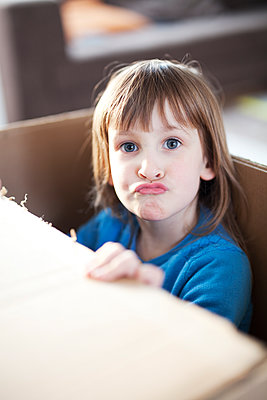 Girl playing with cardboard box - p699m2007785 by Sonja Speck